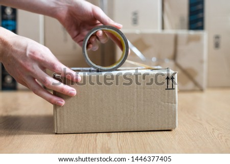 Cardboard box shipping concept: Man is packing a brown parcel Stock foto ©