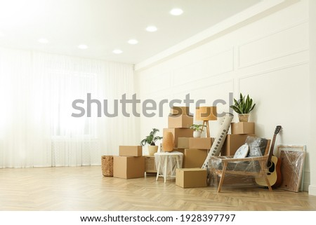 Cardboard boxes and household stuff indoors, space for text. Moving day Foto stock ©