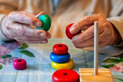 Care for a sick elderly person who has lost memory adaptation skills recovery