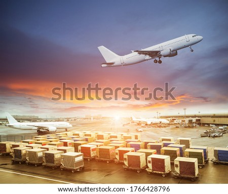 Cargo containers waiting load into an airliner Photo stock ©