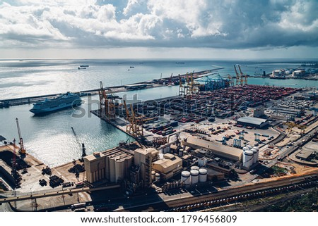 Cargo ship in the port Zona Franca, Barcelona, Spain  Foto stock ©