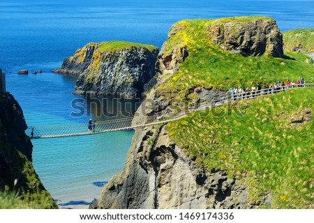 Carrick-a-Rede Rope Bridge, famous rope bridge near Ballintoy in County Antrim, linking the mainland to the tiny island of Carrickarede. One of the most iconic tourist attractions in Nothern Ireland. Foto stock ©