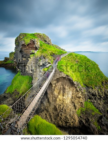 Carrick-a-Rede rope bridge in Northern Ireland. The suspended bridge built by salmon fishermen links the mainland to the tiny island of Carrickarede. Foto stock ©