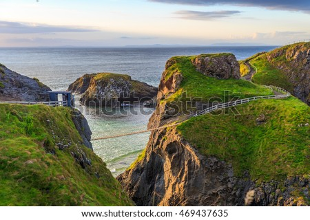 Carrick-a-Rede Rope Bridge  is a famous rope bridge near Ballintoy in County Antrim, Northern Ireland. The bridge links the mainland to the tiny island of Carrickarede. Foto stock ©