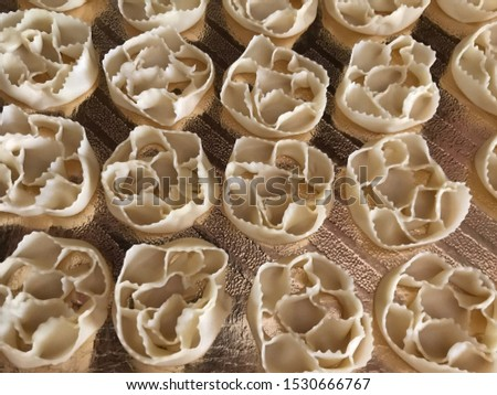 cartellate (not cooked): typical Christmas sweets from Puglia Foto stock ©