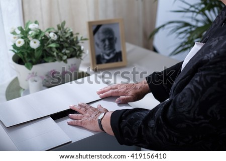 Carton box with keepsakes of a dead husband Foto stock ©