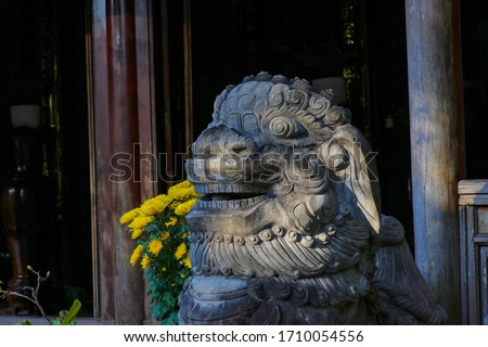 Carved Marble statue of dragon on the top of Thuy Son mountain, the most important of the Marble Mountains. Marble mountains scenic view near Da Nang. Sculpture of dragon outside of pogoda. Zdjęcia stock ©