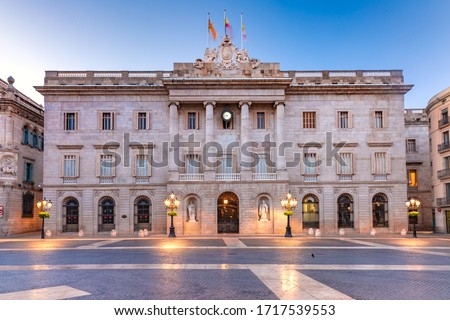 Casa de la Ciutat, City Hall of Barcelona on the Placa de Sant Jaume in The Gothic Quarter of Barcelona during morning blue hour, Spain Foto stock ©