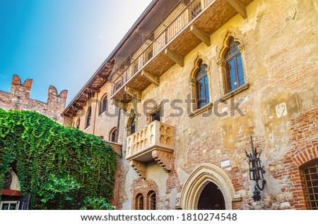 Casa di Giulietta with Juliet balcony, Juliet Capulet house courtyard and Teatro Nuovo theatre in Verona city historical centre Citta Antica, Veneto Region, Northern Italy Foto d'archivio ©