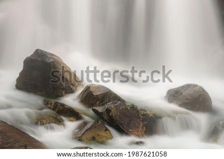 Cascada de Aigualluts waterfall under the Aneto summit in summer (Benasque, Pyrenees, Spain) ESP: Cascada de Aigualluts en verano, bajo el Aneto (Benasque, Pirineos, España) Foto stock ©