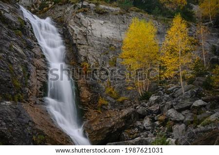Cascade in the Bujaruelo valley in autumn (Ordesa and Monte Perdido National Park, Pyrenees, Spain) ESP: Cascada en el valle de Buajruelo en otoño (PN Ordesa y Monte Perdido, Pirineos, España) Foto stock ©