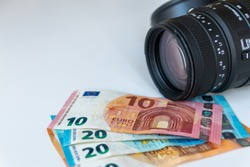 Cashback for a 70-300mm zoom lens offers a wide focal range with a macro function and a lens hood for ready money in european bank notes for 100 euro in 10 euro, 20 euro and 50 euro bank notes