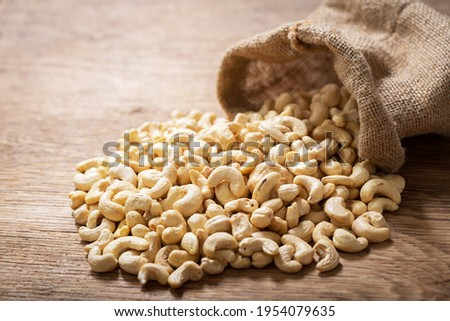cashew nuts in a sack on a wooden table Foto stock ©