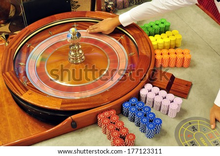 casino dealer fingers holding the ball and prepare for launching