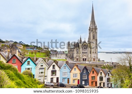 Cathedral  and colored houses in Cobh, Ireland Foto stock ©