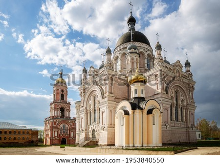 Cathedral, chapel and church with a bell tower in the Kazan monastery in Vyshny Volochyok, Tver region, Russia.  Foto stock ©