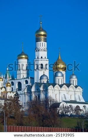 Cathedral of the Archangel Michael (Archangelskiy sobor) (1508) and Ivan the Great bell tower, Kremlin, Russia