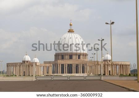 catholic basilica of our lady of peace basilique notre dame de la paix in yamoussoukro cote d. Black Bedroom Furniture Sets. Home Design Ideas