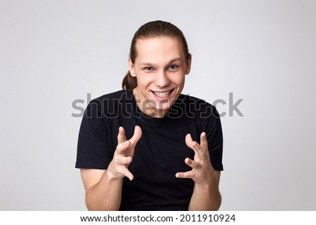 caucasian young handsome man in t-shirt scheming something Foto stock ©