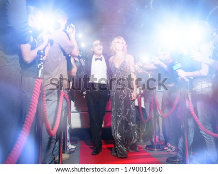 Celebrity couple arriving a premiere with paparazzi cameras and flashes Stock foto ©