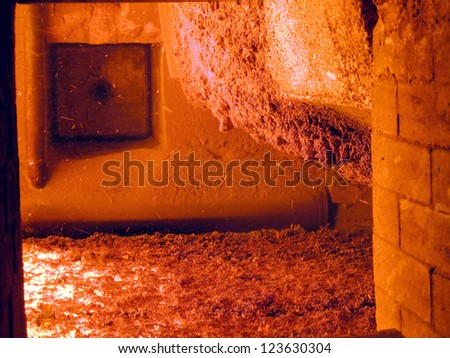 Ceramic roof firing a furnace grate covered with a layer of liquid turbulent ash