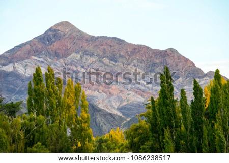 Cerro con colorido fuera de lo común en la Rioja, Argentina Foto stock ©