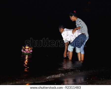 CHA-AM-NOVEMBER 10:Loy Kratong is considered a romantic night for couples. Couples who make a wish together. Loy Kratong are thought to stay together in the future November 10 2011 Cha-Am, Thailand