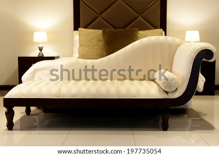 Chaise Lounge / Cream Chaise Lounge in Bedroom Foto stock ©