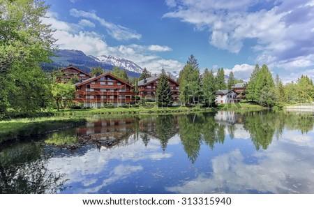Chalets and lake at Crans-Montana by beautiful day, Valais, Switzerland Photo stock ©