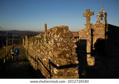 Chapel and cross on the Monte de Santa Tecla, A Guarda. Foto stock ©