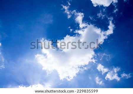 Characteristics of clouds and blue skies look bright light of the sun shining through the clouds and sky.