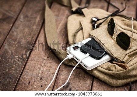 Charging the empty battery smartphone with white power bank.  Foto stock ©