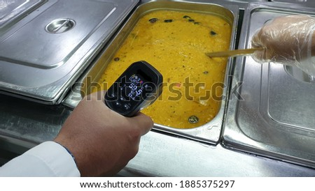 checking food temperature in bain marrie of mess hall in a kitchen Photo stock ©