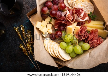 Cheese and meat assortment in a to go box, food delivery or catering concept Foto stock ©