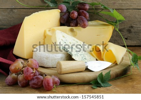 cheeseboard (Maasdam, Roquefort, Camembert) and grapes for dessert