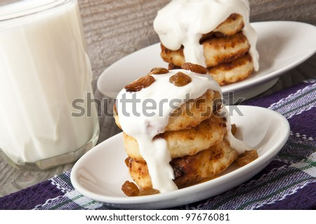 Cheesecakes with raisins and sour cream. Yummy dessert