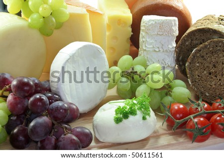 cheeses with fresh grapes and tomatoes