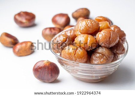 Chestnut dessert and chestnuts on a plate. Traditional delicious Turkish dessert; chestnut candies (Kestane Sekeri) Foto stock ©