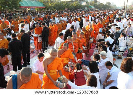 CHIANG MAI,THAILAND-DECEMBER 30 : Many people give food and drink for alms to 12,999 Buddhist monks on December 30,2012 in Chiang mai,Thailand.