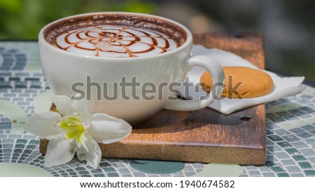 Chic design on hot coffee in white hot coffee mug, placed on a ceramic table.  Zdjęcia stock ©