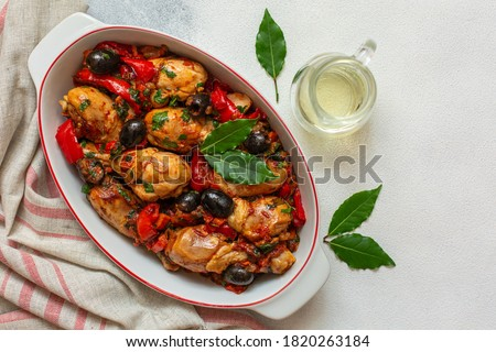 Chicken cacciatore - hunter-style italian chicken with tomatoes, black olives and red bell peppers. White background. Copy space. Foto d'archivio ©