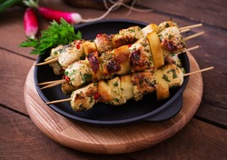 Chicken skewers with slices of apples and chili