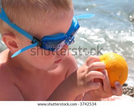 child in swim goggle