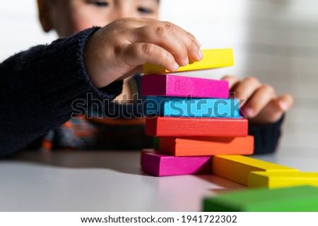 Child playing building blocks. Playing and learning at home. Building blocks. Creativity concept. Foto stock ©