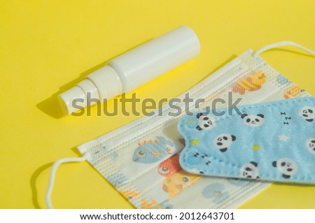 Child protective mask with fish and panda motifs. Medical masks are effective for filtering the covid-19 virus Stok fotoğraf ©