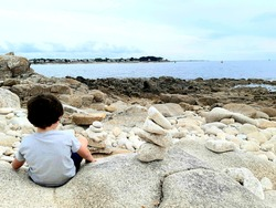 Child sitdown and seing the ocean