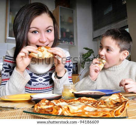 Children eats pancakes