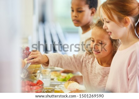 Children pick up food at the cafeteria buffet in kindergarten or elementary school Photo stock ©