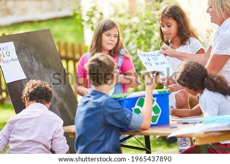 Children's group as volunteer environmentalists in a recycling project at the holiday camp Stock foto ©