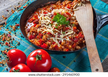 Chilli con carne with cheese and parsley. Zdjęcia stock ©